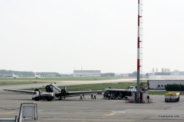 Junkers Ju52/3m - D-AQUI - D-CDLH - na płycie lotniska Berlin Schoenefeld - czeka na zatankowanie