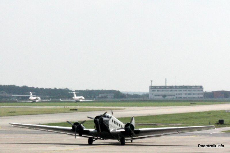 Junkers Ju52/3m - D-AQUI - D-CDLH - na płycie lotniska Berlin Schoenefeld - widoczny z pierwszego piętra terminala