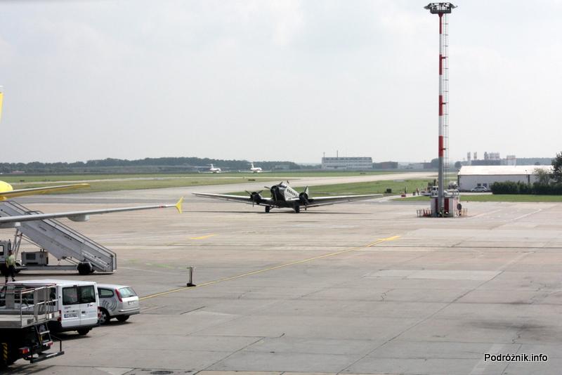 Junkers Ju52/3m - D-AQUI - D-CDLH - na płycie lotniska Berlin Schoenefeld - widoczny w oddali z pierwszego piętra terminala