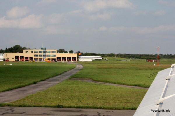 Junkers Ju52/3m - D-AQUI - D-CDLH - widok na staż pożarną i ich samolot do ćwiczeń na lotnisku w Hamburgu