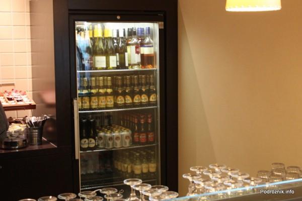 Belgia - Bruksela - Lotnisko Zaventem - brussels airlines lounge - marzec 2012 - lodówka z alkoholami