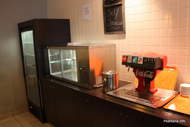 Belgia - Bruksela - Lotnisko Zaventem - brussels airlines lounge - marzec 2012 - napoje, soki w lodówce z tyłu
