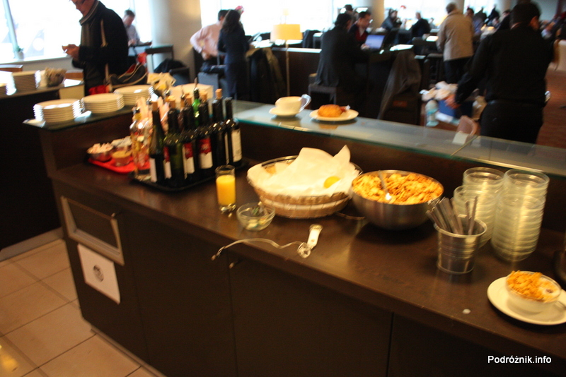 Belgia - Bruksela - Lotnisko Zaventem - brussels airlines lounge - marzec 2012 - płatki śniadaniowe i mleko (niewidoczne) po prawej, krakersy, wina po lewej