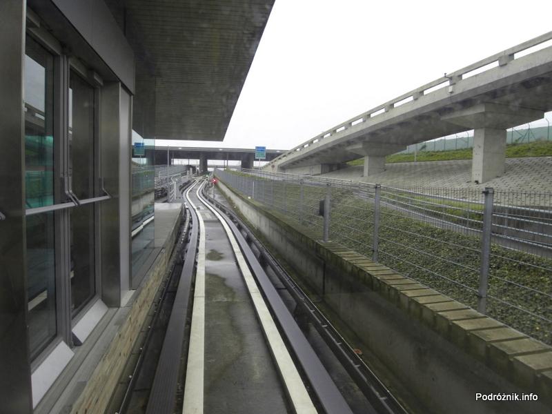 Paryż - Lotnisko Charles de Gaulle - widok z kolejki (CDGVAL) między terminalami