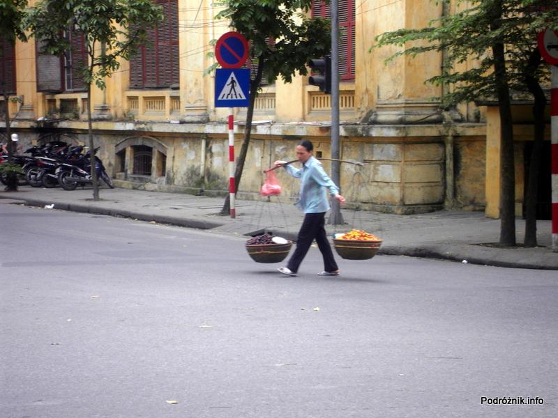 Wietnam - Hanoi - kwiecień 2012 - typowy wietnamski sposób noszenia dóbr wszelakich