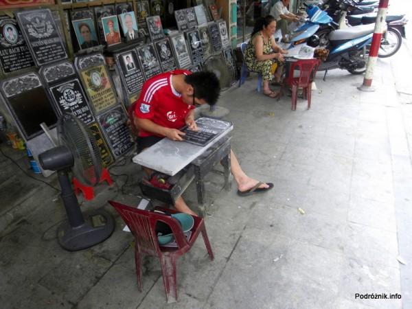 Wietnam - Hanoi - kwiecień 2012 - płyty nagrobne od ręki