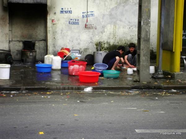 Wietnam - Hanoi - kwiecień 2012 - mycie restauracyjnej zastawy