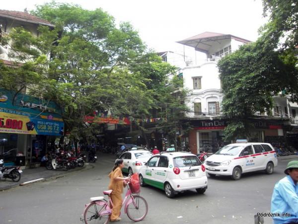 Wietnam - Hanoi - kwiecień 2012 - skrzyżowanie - wszystkie pojazdy w ruchu