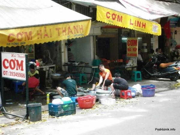 Wietnam - Hanoi - kwiecień 2012 - mycie naczyń na chodniku