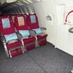 Qatar Airways - Boeing 777 - A7-BAA - fotele klasy ekonomicznej przy wyjściu ewakuacyjnym