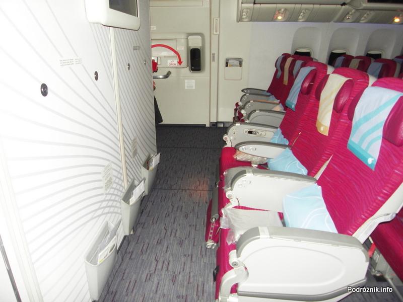 Qatar Airways - Boeing 777 - A7-BAA - fotele klasy ekonomicznej w środkowym rzędzie i przy wyjściu ewakuacyjnym