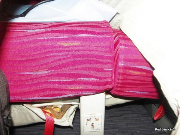 Qatar Airways - Boeing 777 - A7-BAA - gniazdko zasilające pod fotelem