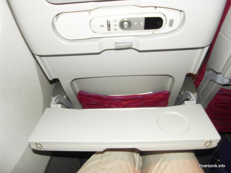 Qatar Airways - Boeing 777 - A7-BAA - stolik w połowie rozłożony