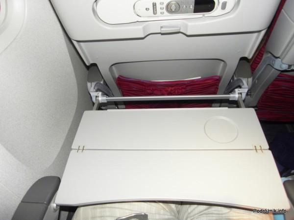Qatar Airways - Boeing 777 - A7-BAA - stolik w pełni rozłożony
