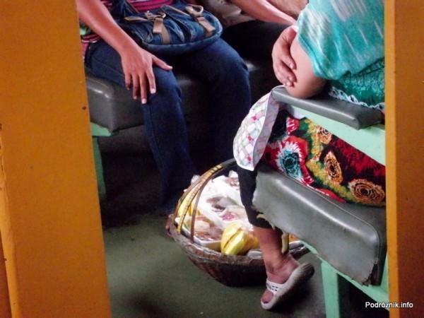 Tajlandia - maj 2012 - jedzenie w pociągu pomiędzy Bangkok a Aranyaprathet