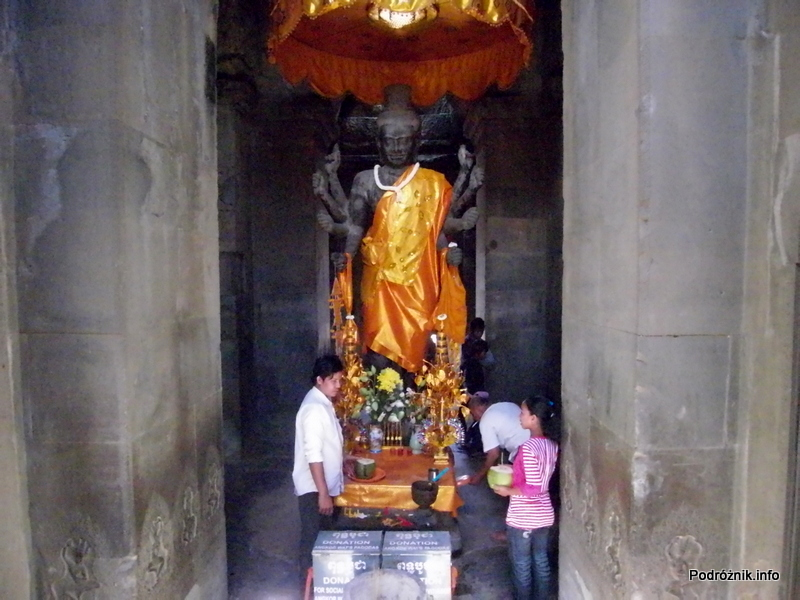 Kambodża - Siem Reap - maj 2012 - Angkor Wat - ołtarzyk Buddy