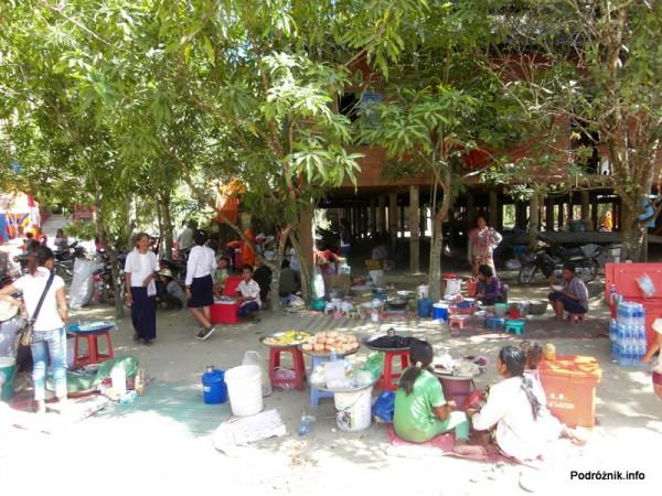 Kambodża - Siem Reap - maj 2012 - Angkor Wat - bazar przy szkole