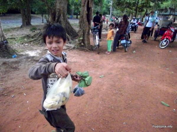 Kambodża - Siem Reap - maj 2012 - dzieci z karmą dla małp