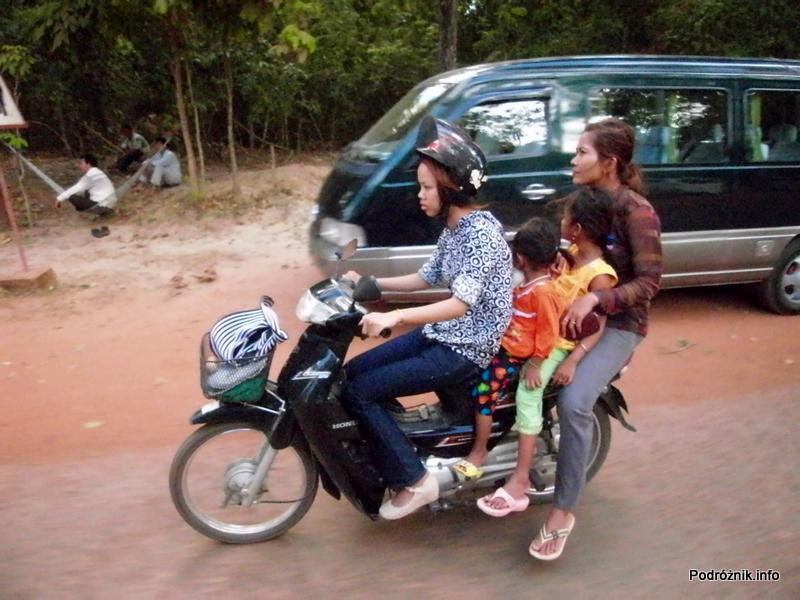 Kambodża - Siem Reap - maj 2012 - cztery osoby na motorze