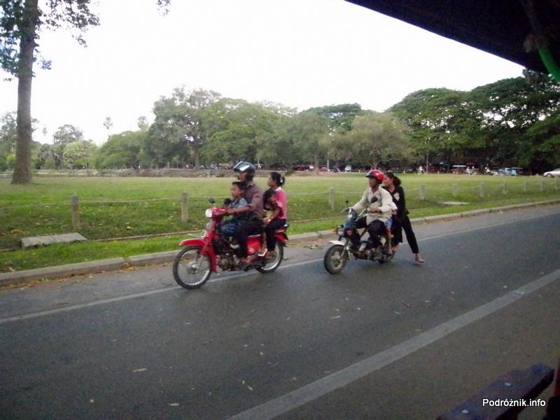 Kambodża - Siem Reap - maj 2012 - cztery osoby na motorze i lady na motorze