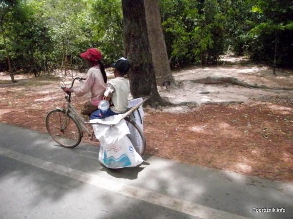 Kambodża - Siem Reap - maj 2012 - dzieci na rowerze