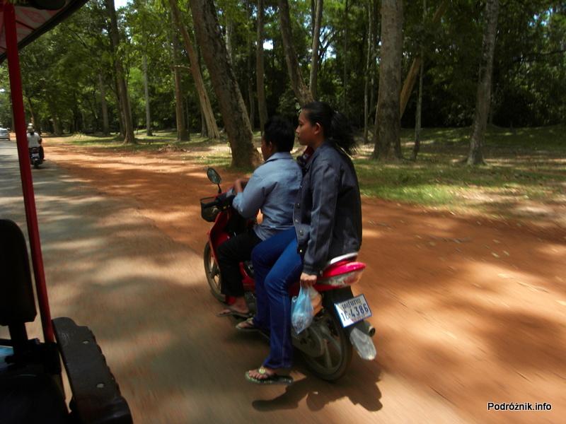 Kambodża - Siem Reap - maj 2012 - lady na motorze