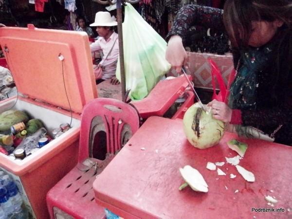 Kambodża - Siem Reap - maj 2012 - przygotowanie kokosa