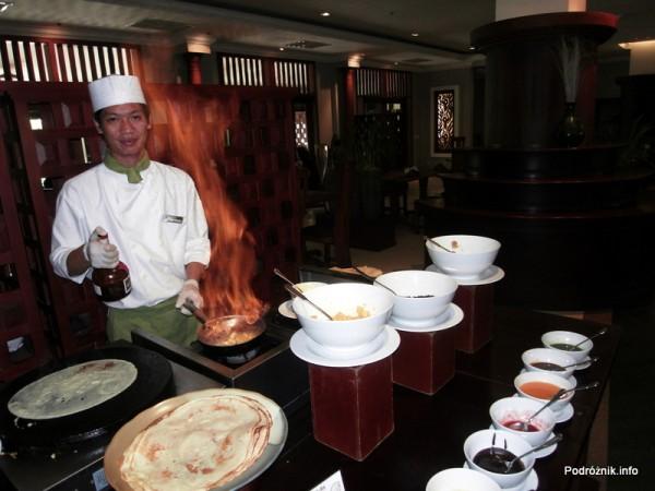 Kambodża - Siem Reap - maj 2012 - Borei Angkor Resort & Spa - podpalony alkohol podczas przygotowywania naleśników