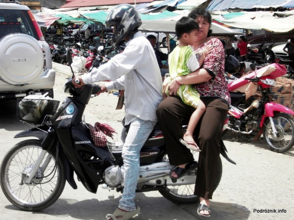 Kambodża - Siem Reap - maj 2012 - trzy osoby na motorze