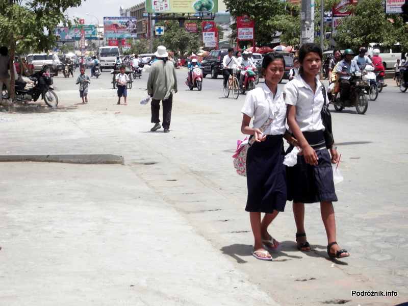 Kambodża - Siem Reap - maj 2012 - młodzież w drodze do szkoły