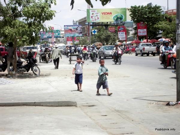 Kambodża - Siem Reap - maj 2012 - dzieci w drodze do szkoły