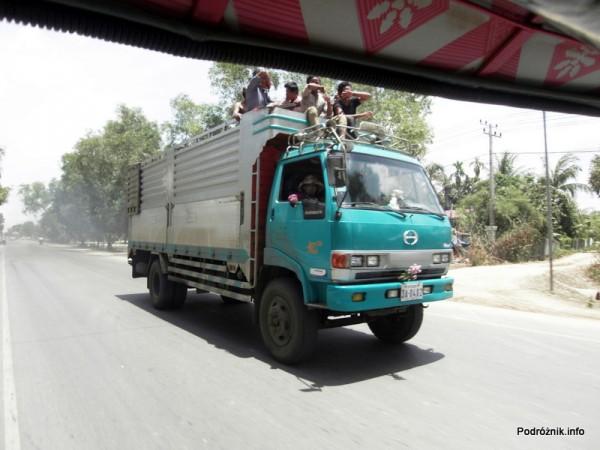 Kambodża - Siem Reap - maj 2012 - ludzie podróżujący na pace ciężarówki
