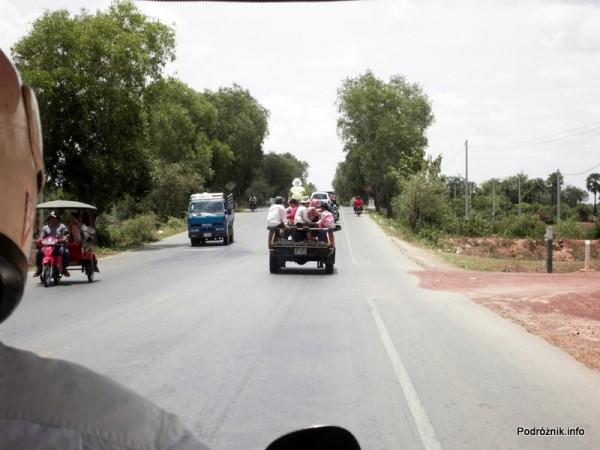 Kambodża - Siem Reap - maj 2012 - przeładowany pick-up