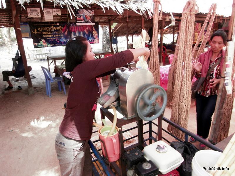Kambodża - Siem Reap - maj 2012 - Angkor przygotowanie napoju z trzciny cukrowej