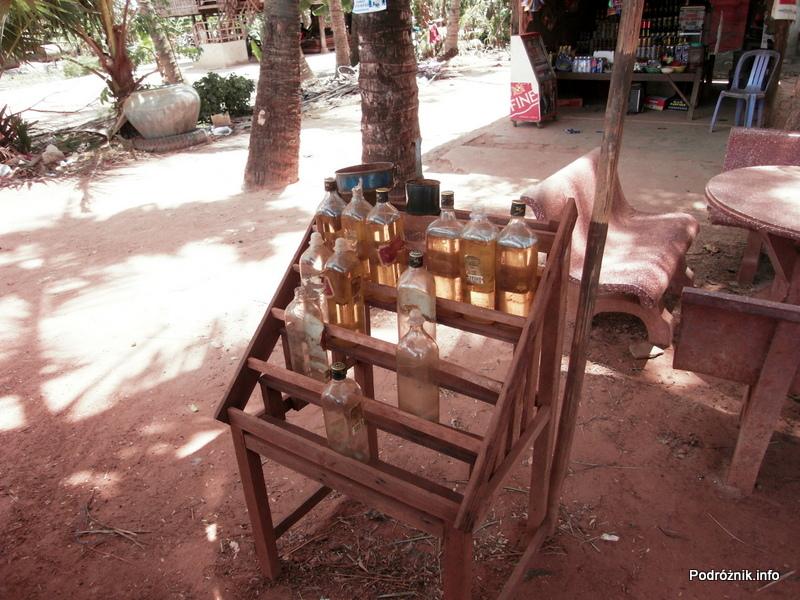 """Kambodża - Siem Reap - maj 2012 - przydrożna """"stacja benzynowa"""""""