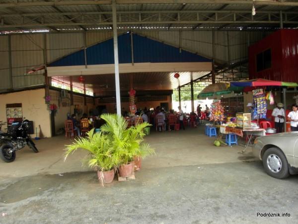 Kambodża - maj 2012 - restauracja w połowie drogi między Siem Reap a Phnom Penh