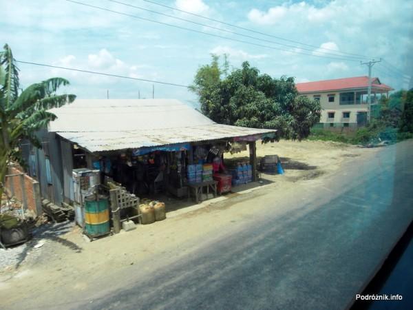 Kambodża - maj 2012 - droga z Siem Reap do Phnom Penh widziana z okna autokaru