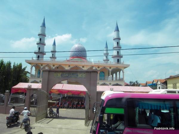 Kambodża - maj 2012 - droga z Siem Reap do Phnom Penh widziana z okna autokaru - meczet