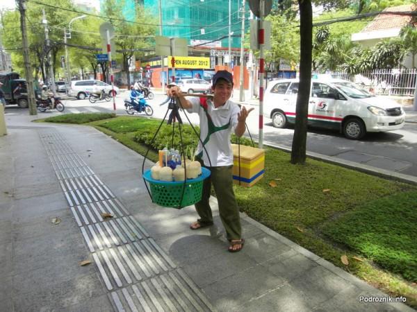 Wietnam - Ho Chi Minh (Sajgon) - maj 2012 - uliczny sprzedawca