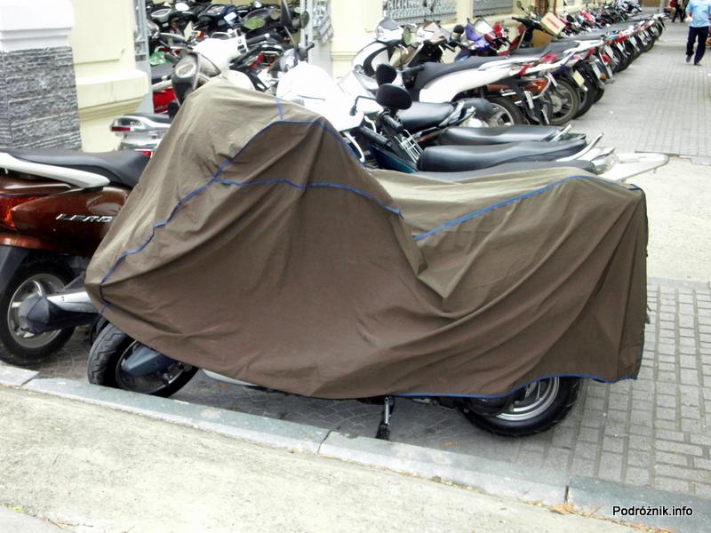 Wietnam - Ho Chi Minh (Sajgon) - maj 2012 - motor przykryty pokrowcem