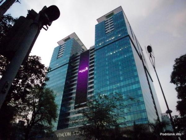 Wietnam - Ho Chi Minh (Sajgon) - maj 2012 - wielki ekran reklamowy na wieżowcu