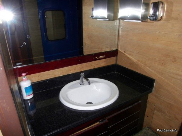 Wietnam - maj 2012 - pociąg z Ho Chi Minh (Sajgon) do Nha Trang - umywalka w toalecie