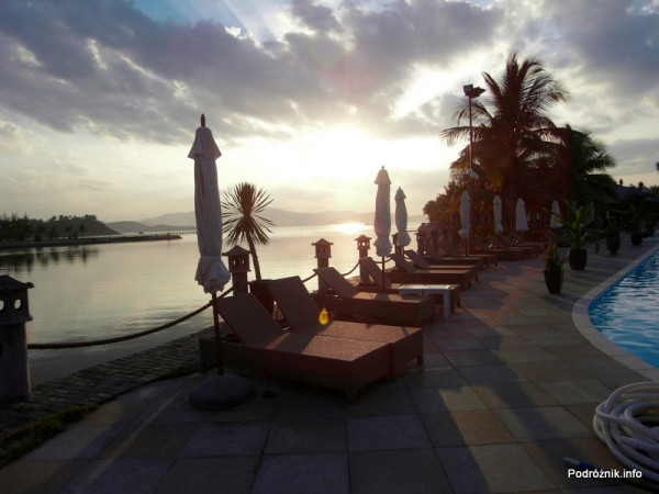 Wietnam - Nha Trang - maj 2012 - Diamond Bay Resort & Spa - leżaki przy basenie