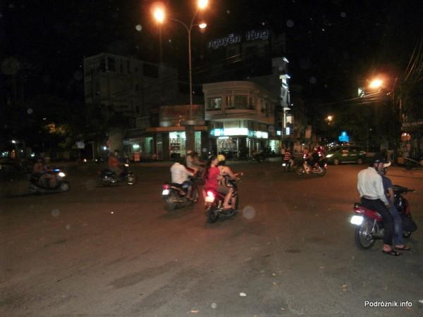 Wietnam - Nha Trang - maj 2012 - skrzyżowanie nocą