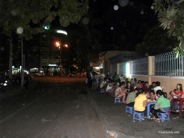 Wietnam - Nha Trang - maj 2012 - chodnikowa restauracja