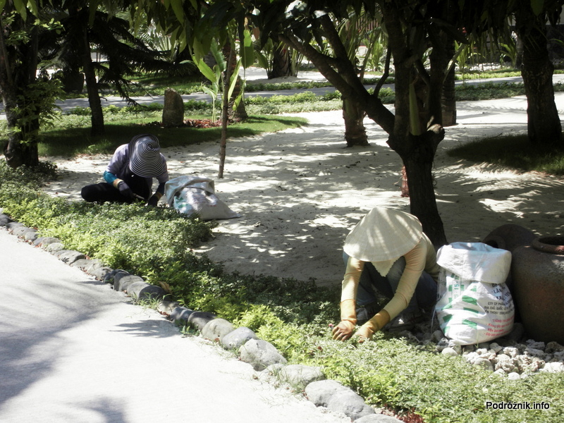 Wietnam - Nha Trang - maj 2012 - Diamond Bay Resort & Spa - ogrodnicy z tradycyjnymi wietnamskim kapeluszami