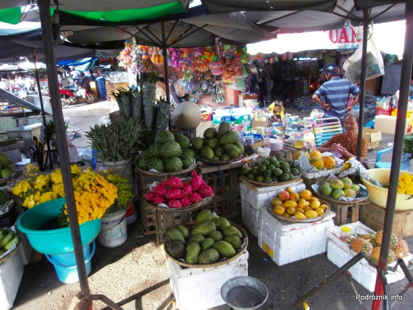 Wietnam - Nha Trang - maj 2012 - kolorowe egzotyczne owoce na bazarze