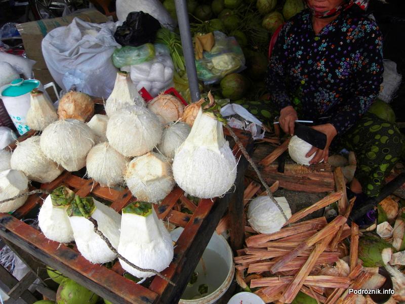 Wietnam - Nha Trang - maj 2012 - obcinanie góry kokosu