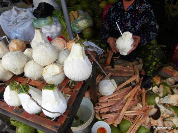 Wietnam - Nha Trang - maj 2012 - kokos gotowy do picia