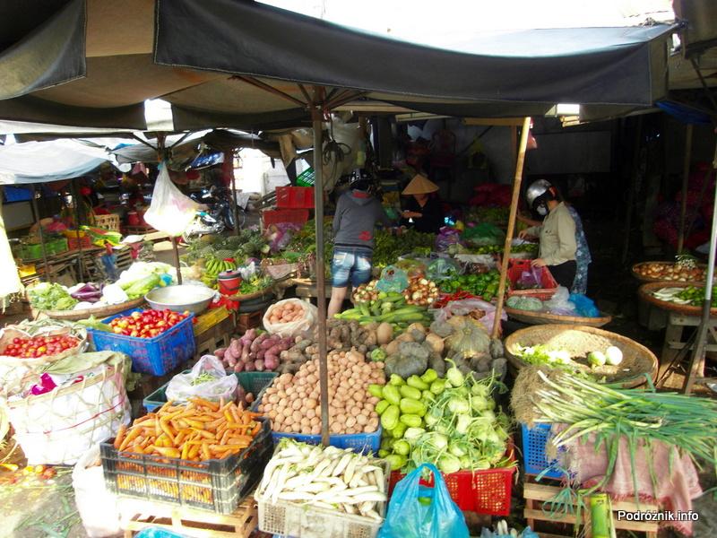 Wietnam - Nha Trang - maj 2012 - kolorowe egzotyczne warzywa na bazarze